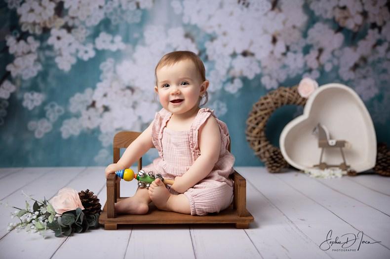photos - enfant - fond fleurs - vert - blanc - bois - Sophie d'inca, photographe en Bretagne
