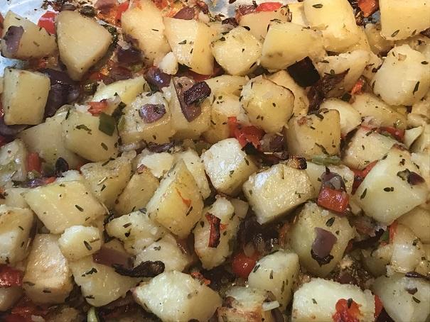Aardappel ovenschotel met rode ui, paprika en lente-ui