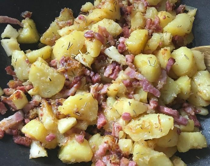 Aardappelschotel met spek, ui en appel