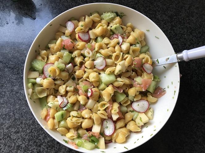 Pastasalade met zalm, meloen en komkommer
