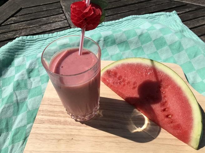 Zomerse aardbei, watermeloen en banaan smoothie