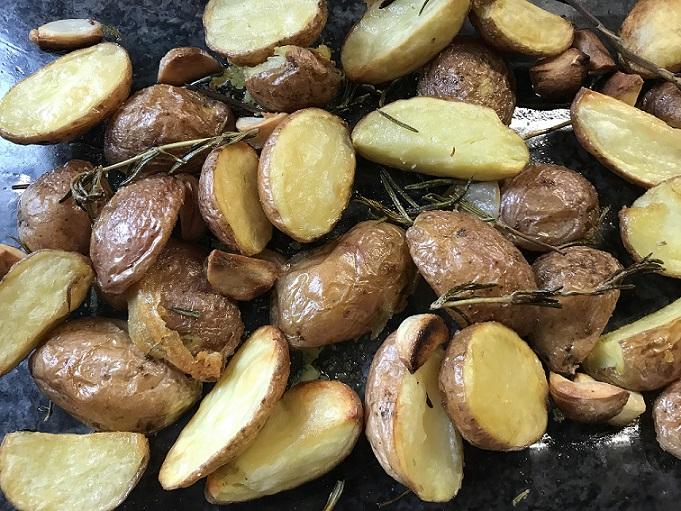 Roseval aardappeltjes uit de oven met rozemarijn en knoflook