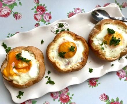 Broodje ei met bacon en kaas uit de oven