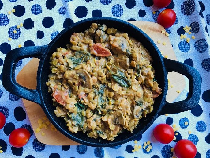 Indiase curry met gele linzen, spinazie en champignons