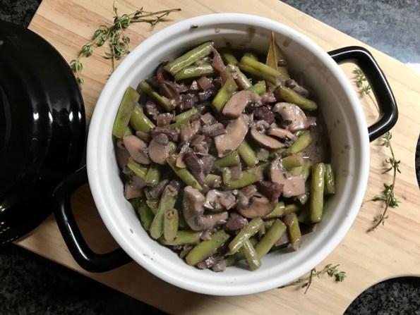 gestoofde sperziebonen met kastanje champignons in rode wijnsaus