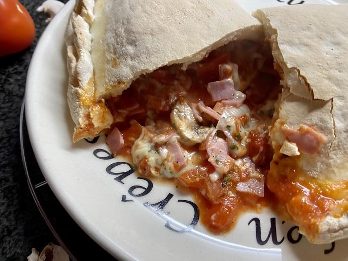 Calzone met ham, champignons, tomaat en mozzarella
