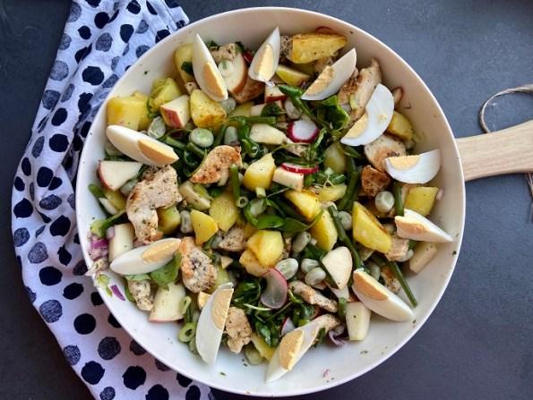 gebakken aardappelsalade met haricots verts tuinbonen en gegrilde kip