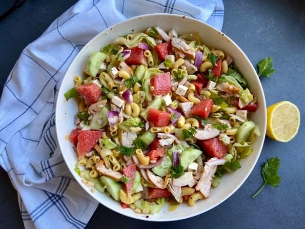 macaronisalade met watermeloen, gerookte kip en witte kaas