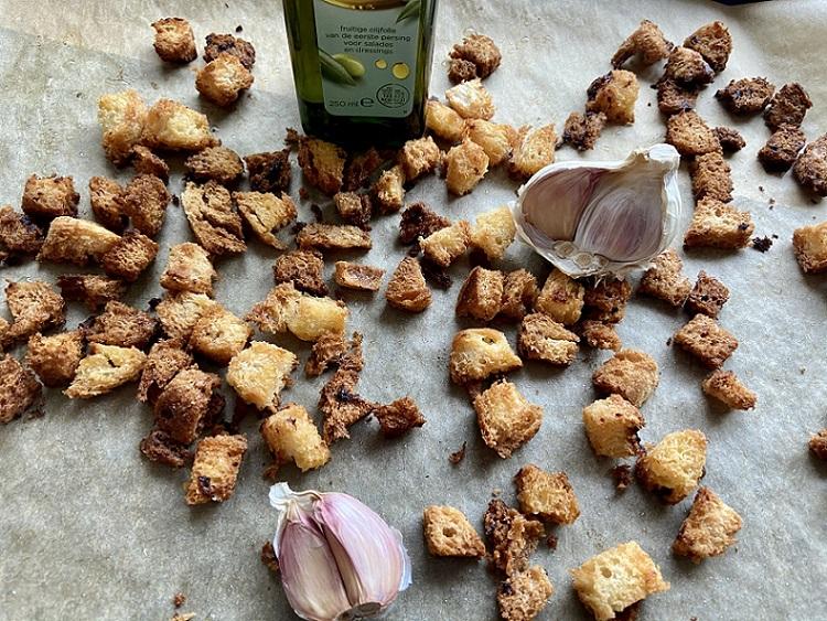 Glutenvrije knoflookcroutons, lekker door je salade