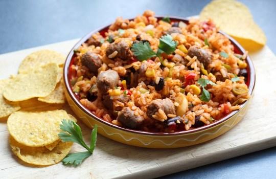 Mexicaanse rijstschotel met chipolataworstjes