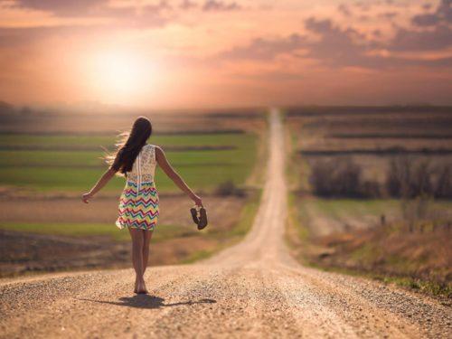 Femme sur la route