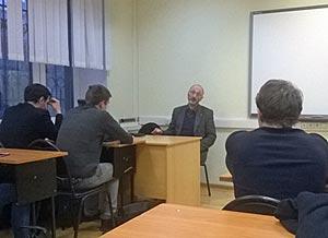 Военный психолог Алексей Захаров беседует со студентами-волонтерами Российской правовой академии Минюста РФ