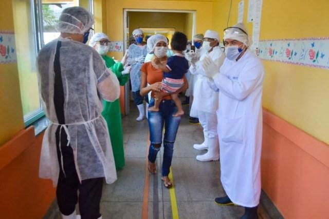A equipe médica aplaudiu o bebê de 1 ano e 4 meses curado da Covid-19 no Amazonas
