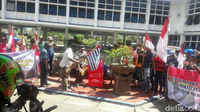 Ratusan Warga Papua Bakar Bendera Bintang Kejora