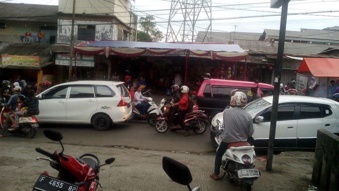 Jalan Pintu Masuk Ke Terminal Sukaraja Semakin Rusak Serta Macet