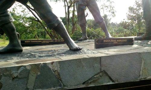 contoh patung pahlawan