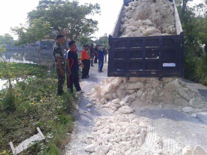 Babinsa Koramil Glagah bantu perbaikan jalan desa