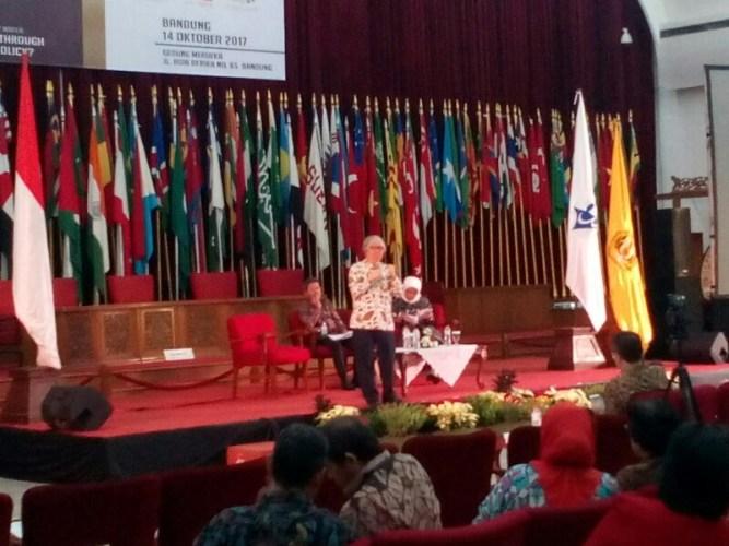 Prof. Tommy Koh menjadi salasatu narasumber di kegiatan seminar pada rangkaian Mochtar Kusumaatmadja Award 2017