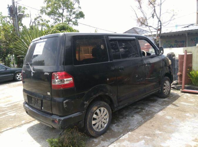 Mobil dinas sekertaris kecamatan cisayong yang menabrak tembok ruang pelayanan Kantor Kecamatan Cisayong