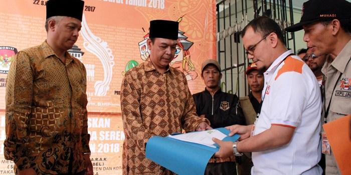 Bapaslon Cagub Cawagub jalur perseorangan, Jajang Suherman dan Mohammad Teguh Harditya, saat mendaftar ke Kantor KPU Jawa Barat