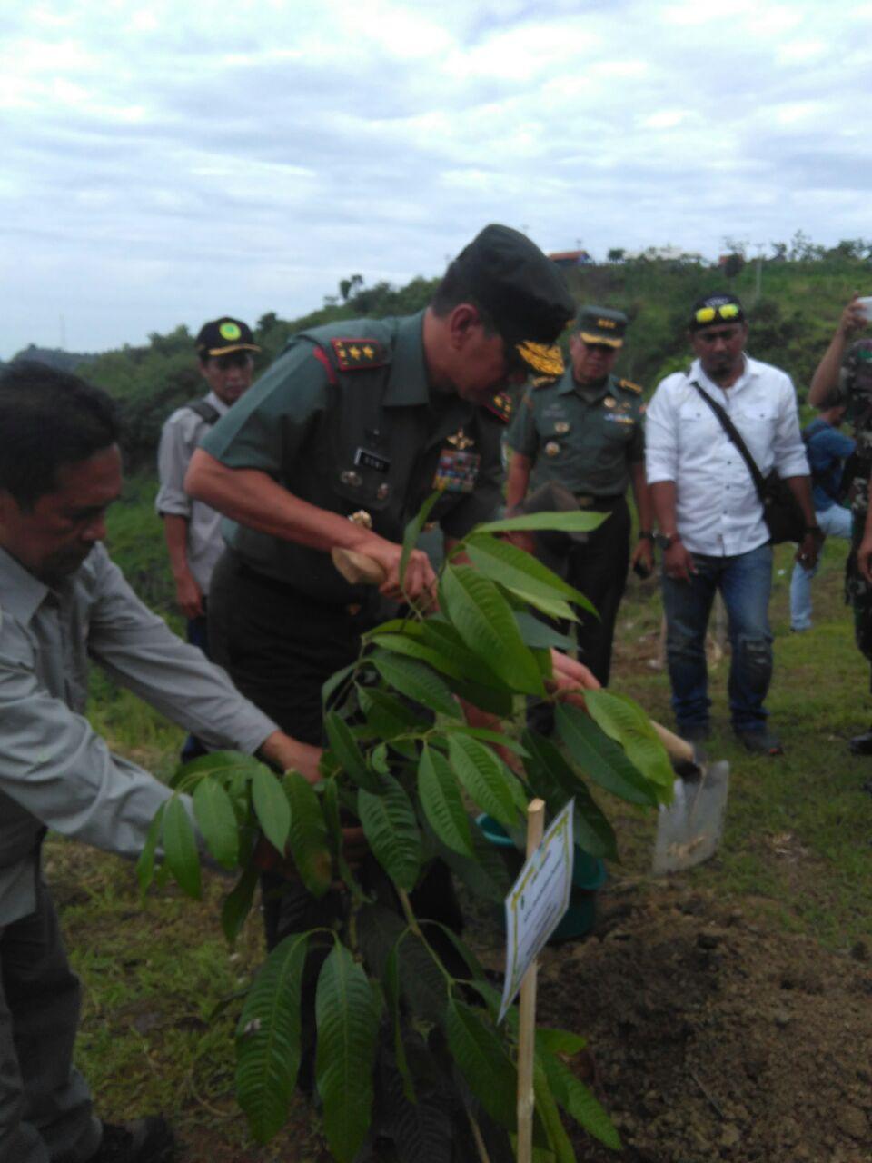 Pangdam Siliwangi Mayjen TNI Doni Monardo saat kegiatan penanaman pohon di Hari Menanam Pohon di Jatigede, 28 November 2017
