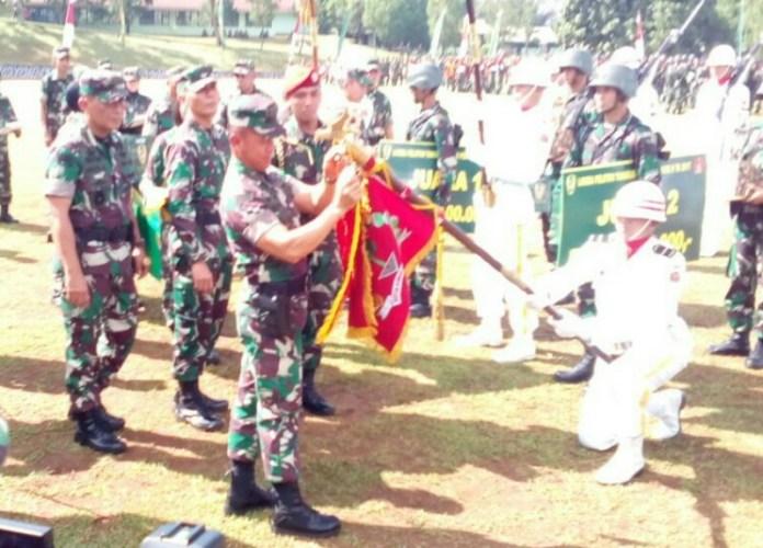 Penyematan wibel oleh Kasad TNI di bendera kesatuan yang berhasil memenangkan lomba ton tangkas