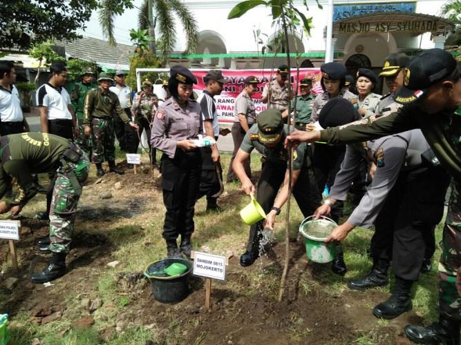 peringatan Hari Pahlawan Ke-72 Tahun 2017, Kodim 0815 Mojokerto dan Polres Mojokerto Kota menggelar karya bakti