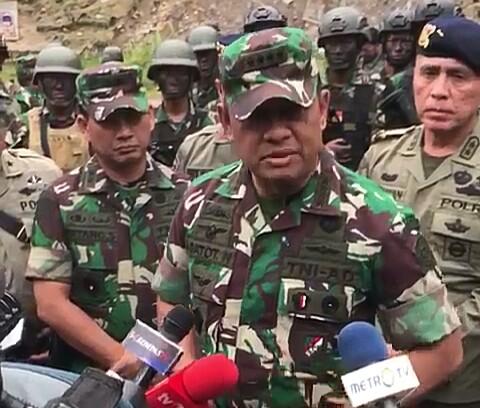 Panglima TNI Jend. TNI Gatot Nurmantyo saat memberikan keterangannya kepada wartawan seusai upacara Kenaikan Pangkat Luar Biasa di Mimika, Minggu (18/11/2017)