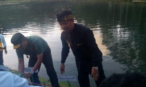 Kasdam Siliwangi Brigjen TNI JP Sembiring dan Bupati Bandung Dadang M Nasser menanam Vetiver di bibir Situ Cisanti, Minggu (3/12/2017)