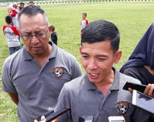 Ketua Pelaksana Liga Bintara PK Siliwangi tahun 2017 Mayor Czi Nurwidayat saat wawancaranya dengan wartawan di Lapangan Siliwangi, Kota Bandung, seusai penyerahan piala bergilir kepada Arsent FC, Minggu (17/12/2017).