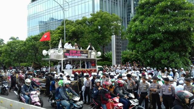 Massa aksi unjuk rasa di Kantor Facebook Indonesia yang digelar oleh Aliansi Tolak Kezhaliman Facebook, Jumat (12/1/2018)