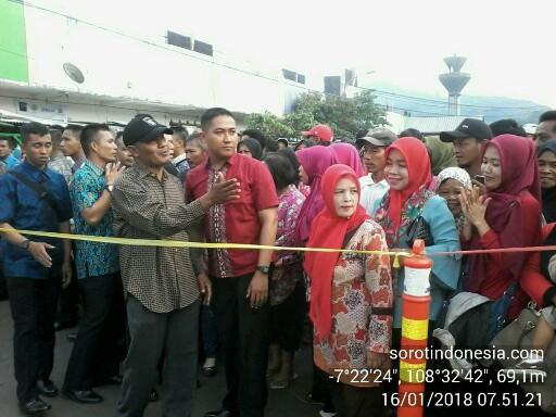 Warga berkerumun menanti kehadiran Presiden RI Joko Widodo ke pasar tradisional Kota Banjar, Selasa (16/1/2018).