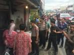 Kapolres Cimahi dan jajaran beserta instansi terkait meninjau ke sejumlah pasar tradisional di Kota Cimahi dan Kabupaten Bandung Barat terkait dengan adanya surat edaran dari Pesat yang mengajak para pelaku usaha ayam melakukan aksi mogok. Kamis (18/1/2018).
