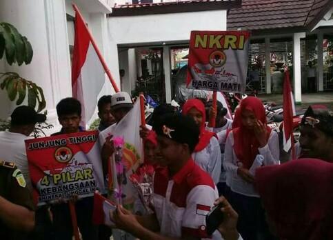 Aksi Syiar NKRI yang dilaksanakan oleh jajaran DPD PMPR Indonesia Provinsi Maluku di beberapa kantor instansi pemerintah di Kota Ambon pada bulan Agustus 2017 lalu.