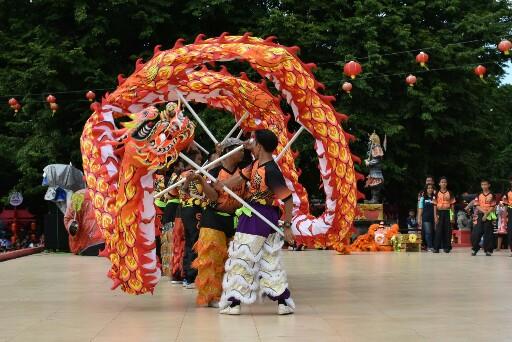 Pertunjukan naga saat perayaan Imlek di Klenteng Sam Poo Kong