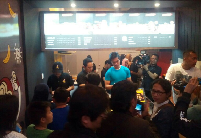 Kaesang Pangarep saat melayani pelanggan naget pisang Sang Pisang di gerai Braga Citywalk Bandung, Minggu (18/2/2018).