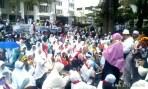 Ratusan jamaah travel umrah PT SBL saat melaksanakan aksi unjuk rasa damai di depan Gedung DPRD Provinsi Jawa Barat, (6/2/2018).