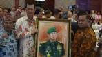Cinderamata yang diberikan oleh Jurnalis Peduli Citarum kepada Mayjen TNI Doni Monardo diacara Pisah Sambut Pangdam Siliwangi, (23 Maret 2018).