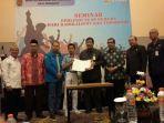 Foto bersama Gurun dan Awaludin serta perwakilan pelajar seusai penanda tanganan MoU