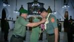 Pengalungan bunga oleh Pangdam Siliwangi Mayjen TNI Besar Harto Karyawan kepada Mayjen TNI Doni Monardo pada acara Paturay Tineung di Makodam Siliwangi