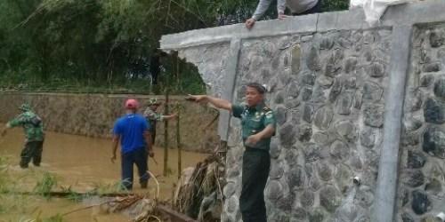 Dandim 0618/BS meninjau tanggul jebol di Cisaranten Endah Kecamatan Arcamanik Kota Bandung