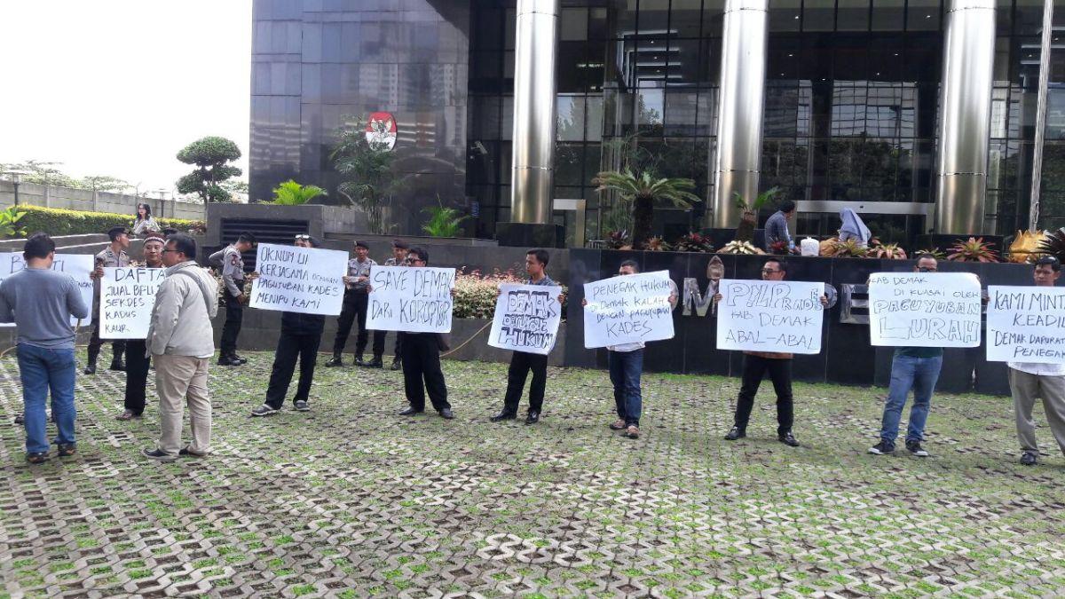 Masyarakat Demak Melakukan Aksi di Depan Kantor KPK