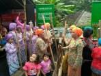Sejumlah ibu dari Masyarakat Adat Kuta Kabupaten Ciamis