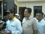 Setgab Paslon Iman Barokah melaksanakan wawancara dengan wartawan saat melapor ke Polres Banjar terkait selebaran gelap yang berisi fitnah kepada paslon-nya.