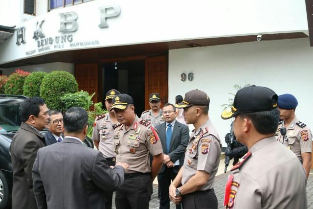 Kapolda Jabar saat giat pengecekan pelaksanaan ibadah kebaktian di Gereja HKBP Jl. RE Martadinata, Kota Bandung. Minggu (20/5/2018).