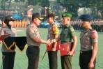 Kapolda Jabar Irjen Pol Drs Agung Budi Maryoto, M.Si, beri penghargaan kepada anggota Babinsa yang telah bersinergi dengan Bhabinkamtibmas ungkap kejahatan curas