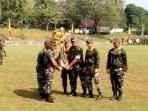 Kasad TNI Jenderal TNI Mulyono menyerahkan piala bergilir Kasad TNI di Lomba Ton Tangkas 2018 yang diraih kontingen Divif-1/Kostrad.