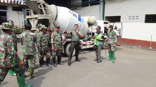 Dansektor 21 Satgas Citarum Harum kerahkan satu unit truk molen untuk menutup saluran limbah pabrik di Cimahi Selatan.