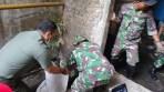 Dansektor 21 Satgas Citarum Harum Kolonel Inf Yusep Sudrajat selain memimpin kegiatan, juga turut terjun langsung mengecor aliran limbah pabrik yang kerap mengotori aliran anak Sungai Citarum