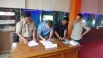 Penandatanganan berita acara pemusnahan barang bukti ikan antara BKIPM Bandung dan pemilik disaksikan oleh perwakilan KPPBC Bandung